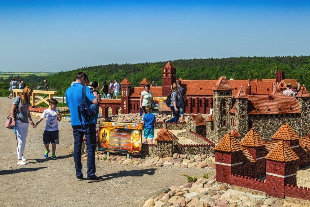 Goście w parku miniatur