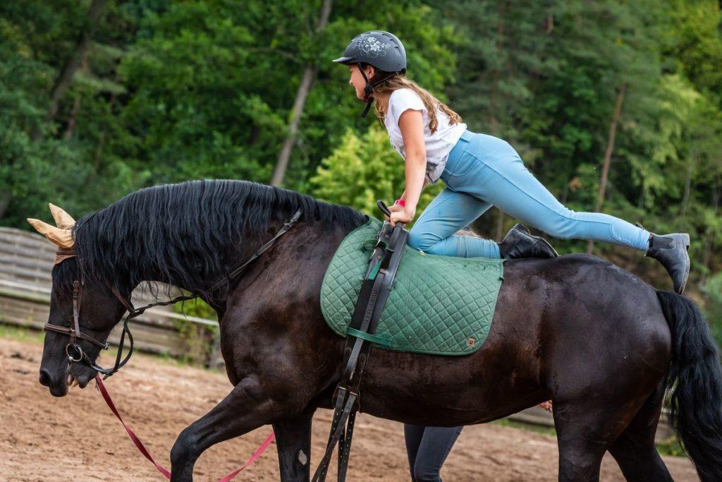 Lekcje jazdy konnej na obozie